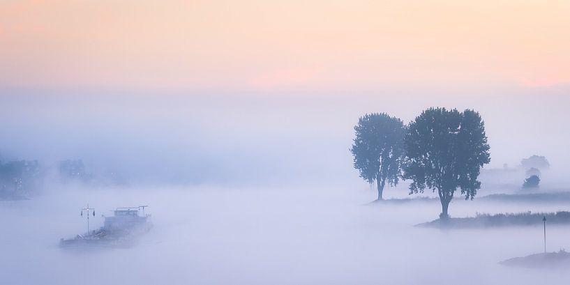 Panorama: Schip op de Lek in de mist van John Verbruggen