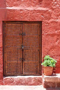 deur in straatje van peru von laura van klooster