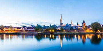 Skyline van Ulm op de Donau in de avonduren van Werner Dieterich