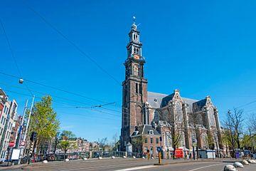 Paysage urbain d'Amsterdam aux Pays-Bas avec l'église occidentale sur Nisangha Masselink