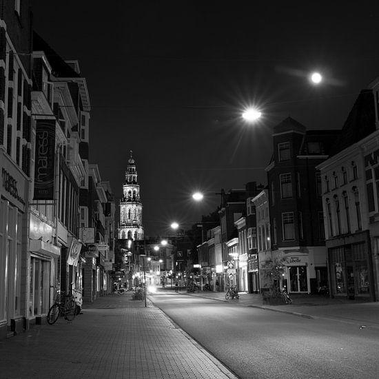 Nieuwe Ebbinge & Martinitoren bij nacht (Zwart-Wit) van Iconisch Groningen