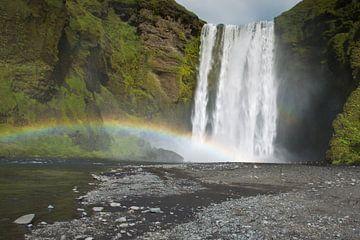Waterval Skogafoss met regenboog op IJsland von Menno Schaefer