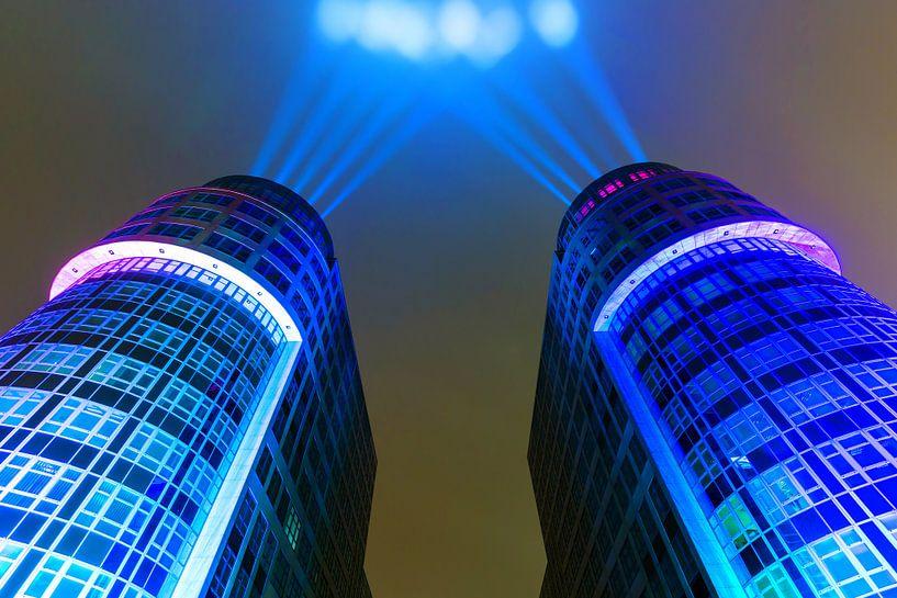 Bâtiments de bureaux modernes avec éclairage spécial sur Frank Herrmann