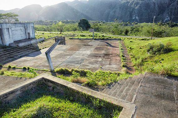 Vinales vallei, Cuba. Oud schoolgebouw en vervallen basketbalveld