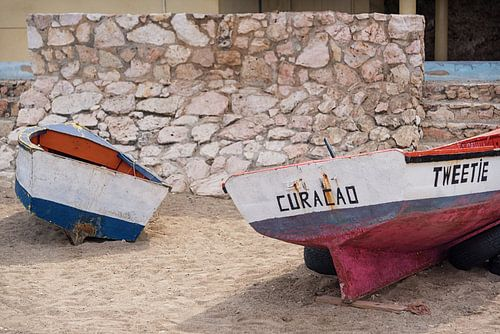 vissersbootje op het strand in Curaçao van Bart De Brabander