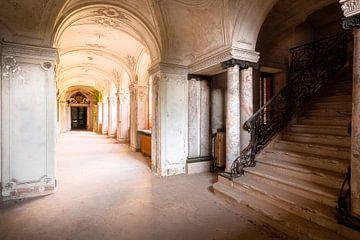 Escaliers dans un couloir abandonné. sur Roman Robroek
