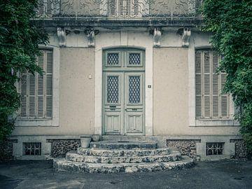 Ancienne porte d'une maison de campagne avec plante grimpante sur Art By Dominic