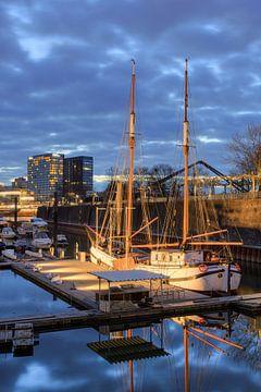 Segelschiff im Düsseldorfer Medienhafen von
