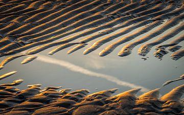 Reflectie in het strand. van Jolanda Bosselaar