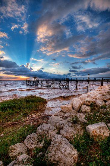 Frans visserhuisje (carrelet) bij zonsondergang aan de Gironde.