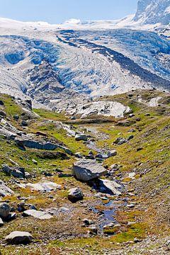 Ruisseau de montagne avec un glacier en arrière-plan sur Anton de Zeeuw