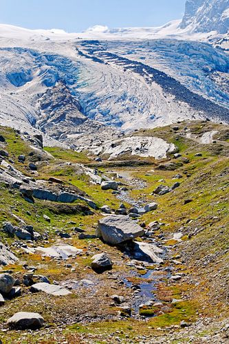 Berg beek met op de achtergrond een gletsjer van
