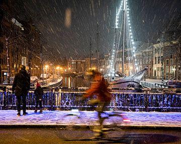 Sneeuw op de A Brug in Groningen van Jaspar Moulijn