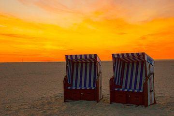 Strandstoelen in de avondzon van