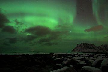 Nordlichter kreisen über dem norwegischen Strand von Hannon Queiroz