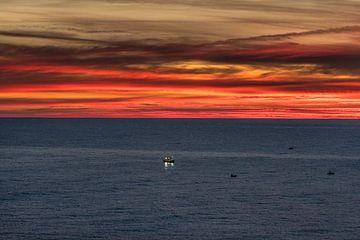 Lever de soleil et un bateau de pêche près de Lastres, Golfe de Biskaye. sur Harrie Muis