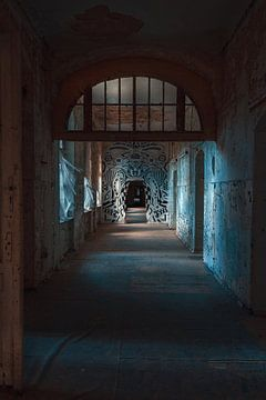 Blue corridoor van Exitthegrey Fotografie