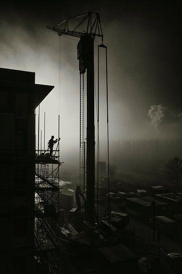 Bouwvakker in de mist van Sven van der Kooi