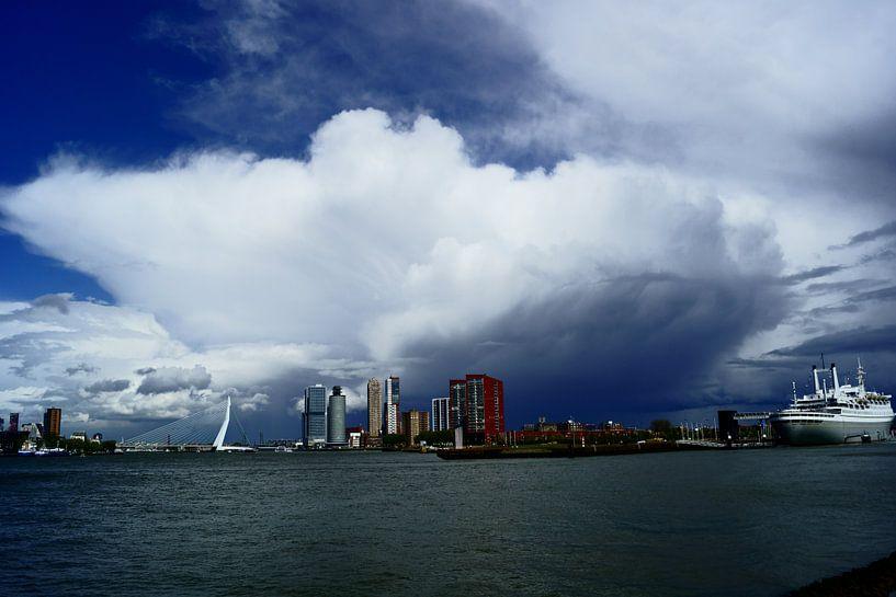 Wolk boven Rotterdam van Michel van Kooten