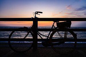 Zonsondergang met fiets. van Nico Roos
