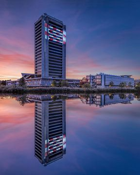 Province Noord-Brabant Maison au coucher du soleil reflète dans un canal sur Tony Vingerhoets