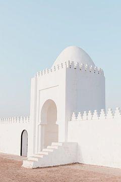 Wit gebouw in  'De rode stad' Marrakech van Leonie Zaytoune