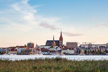 Uitzicht over de Warnow rivier naar de Hanzestad Rostock. van Rico Ködder