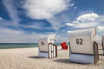 Weiße und rote Strandkörbe in Zingst von