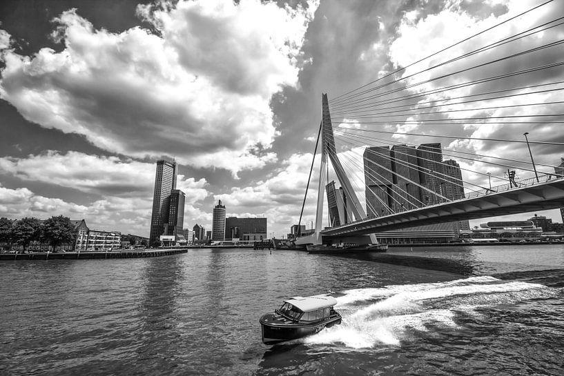 Watertaxi bij de Erasmusbrug in Rotterdam van Michèle Huge