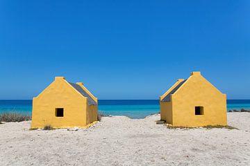 Zwei gelbe Sklavenhäuser am Meer an der Küste von Bonaire von Ben Schonewille