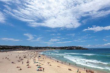 Wellen brechen mit Surfern im Hintergrund auf dem hellen Sand von Sydney Bondis berühmtem australisc von Tjeerd Kruse