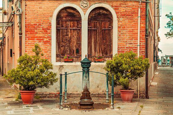 Oude dorpspomp in Venetie in Italie