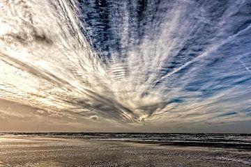 wolken met windveren boven de Noordzee von eric van der eijk