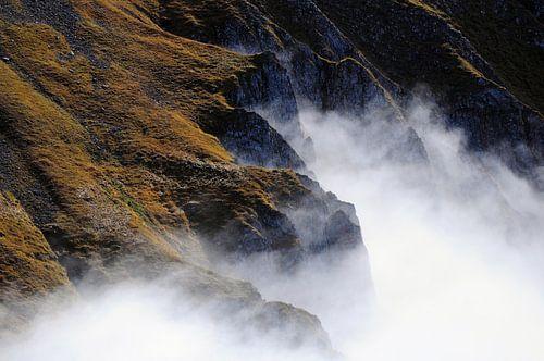 Wolken in de bergen van