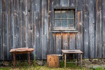 Zijaanzicht van oude schuur met raam, Canada van Rietje Bulthuis