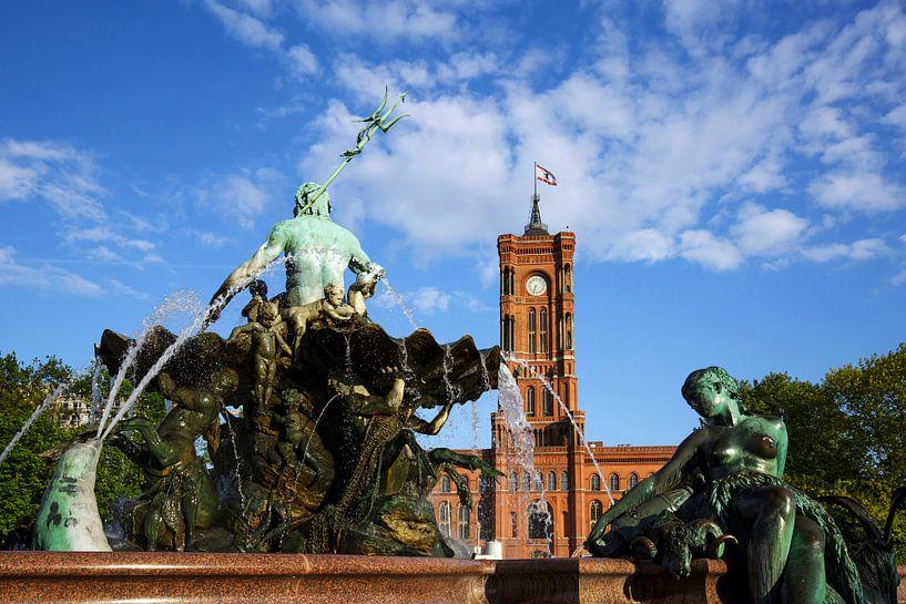 Hôtel de ville rouge et fontaine de Neptune - Berlin sur Frank Herrmann