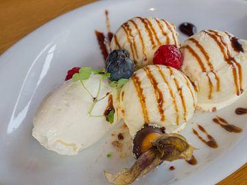 Dessert met ijs, vrucht, creme en siroop van