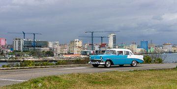 Kuba, Havanna Skyline mit Oldtimer davor von Maurits van Hout