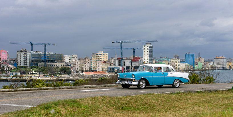 Cuba, Havana Skyline met oldtimer ervoor van Maurits van Hout