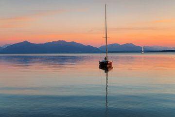 Segelboot bei Sonnenuntergang auf dem Chiemsee, Bayern, Deutschland von Markus Lange