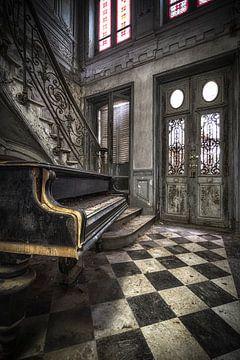 Chateau Piano verlaten van Kelly van den Brande