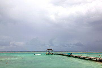 Ciel nuageux au-dessus d'une mer turquoise dans la Jamaïque tropicale