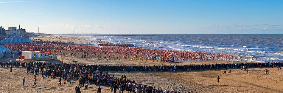 Panorama nieuwjaarsduik Scheveningen van Anton de Zeeuw