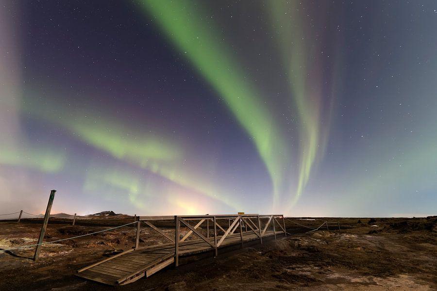Aurora Borealis in Gunnuhver Geothermal area van Ab Wubben