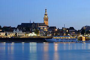 Waalkade in Nijmegen met Stevenskerk en passagiersschip MPS de Zonnebloem
