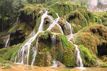 Wasserfall über grünen Felsen in der Natur von Bobsphotography
