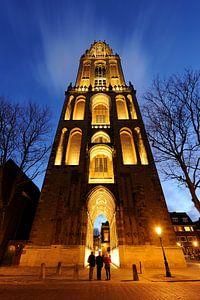 De Domtoren in Utrecht gezien vanaf het Domplein met drie toeristen