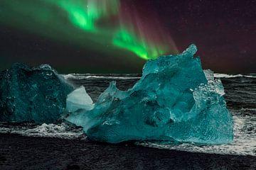 Noorderlicht strand IJsland, Aurora Borealis en blauw ijs. van Gert Hilbink