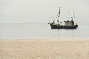 Vissersboot aan het strand nabij het Waddeneiland Terschelling van Tonko Oosterink