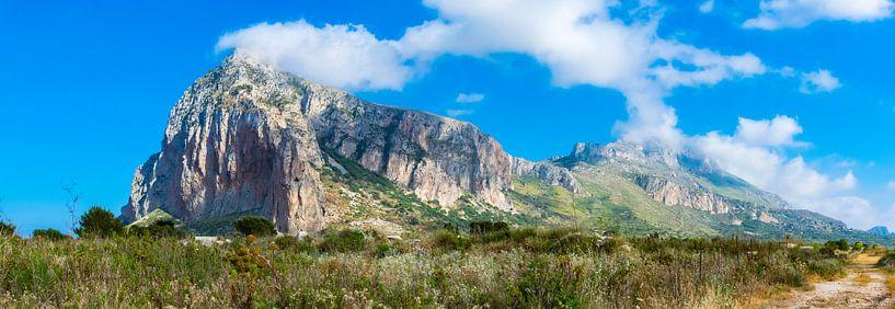 Berglandschap bij San Vito Lo Capo, Sicilië van Rietje Bulthuis